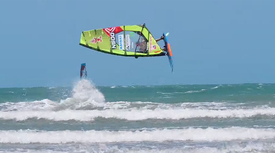 Oda Johanne beim Freestyle Windsurfen in Brasilien