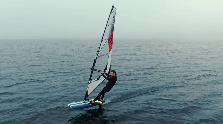 Julian Wiemar beim Windfoilen am Walchensee